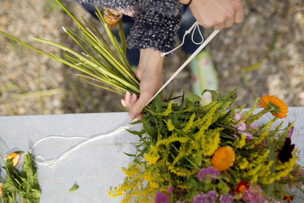 Linda Viklund, lär dig att binda buketter med blommor och växter från din trädgård. Umeå. Text Johanna Lindvist, Knäck Media