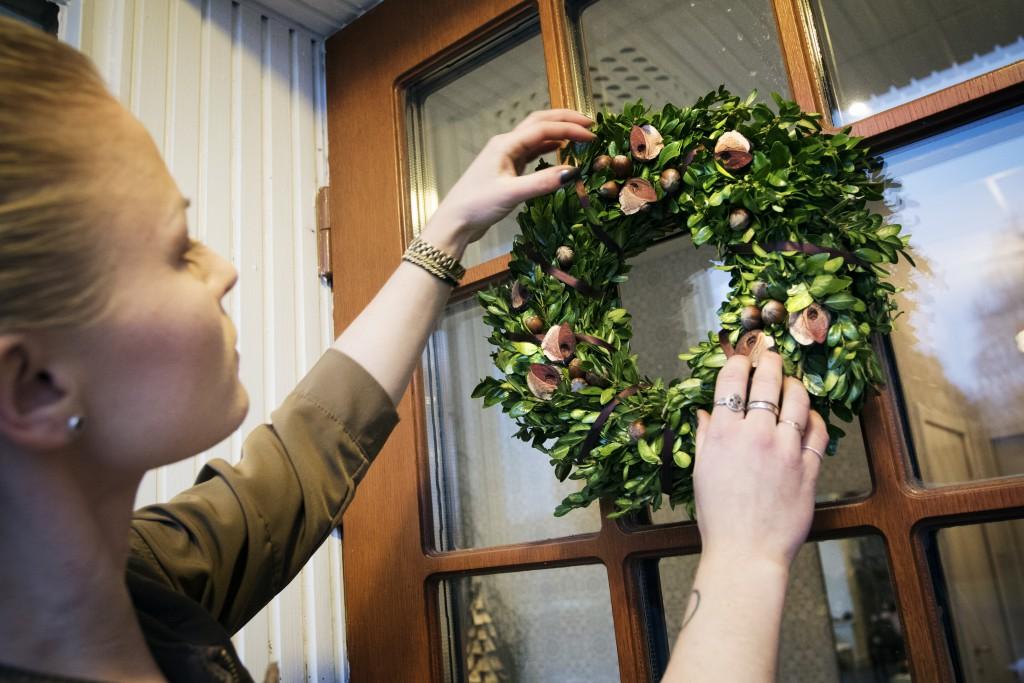 Helena MElehoff, florist visar hur man binder julkrans florist, krans, pyssel, jul